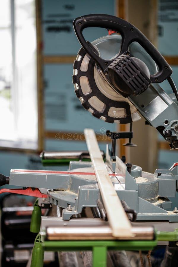Miter πριόνι σε ένα εργοτάξιο οικοδομής στοκ φωτογραφίες