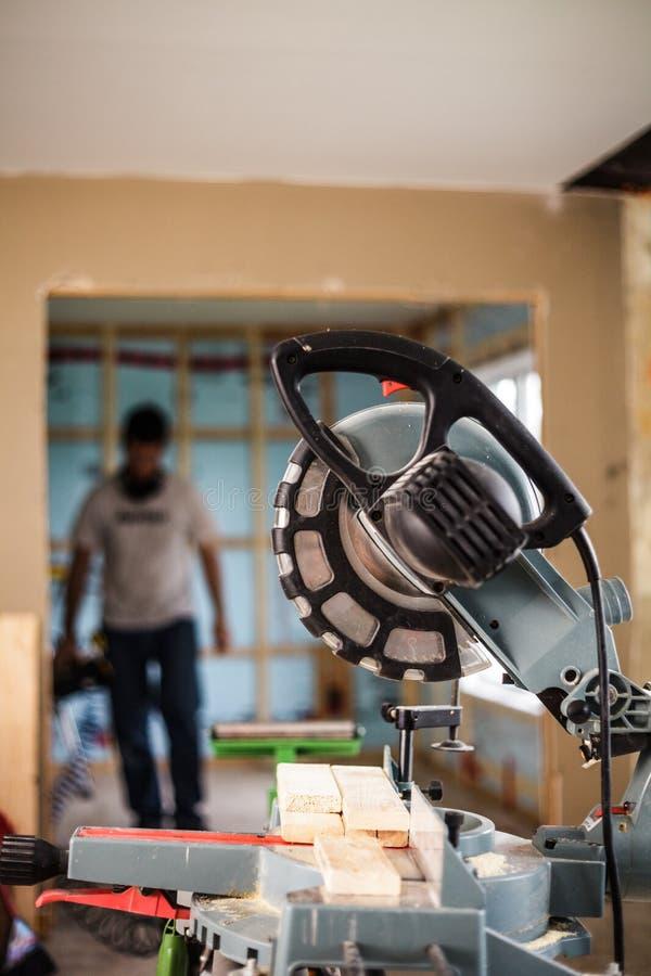 Miter πριόνι σε ένα εργοτάξιο οικοδομής στοκ φωτογραφία με δικαίωμα ελεύθερης χρήσης