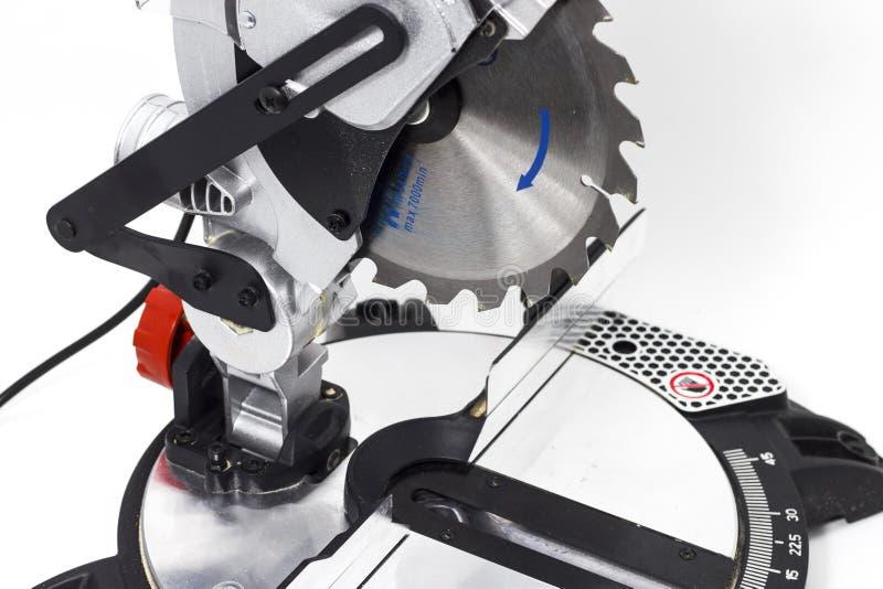 Miter το κυκλικό πριόνι στην άσπρη miter υποβάθρου λεπίδα πριονιών σε ένα άσπρο υπόβαθρο δίνει τα εργαλεία του ξυλουργού στοκ εικόνες
