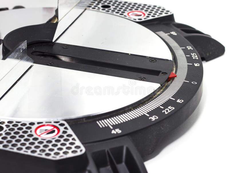 Miter το κυκλικό πριόνι στην άσπρη miter υποβάθρου λεπίδα πριονιών σε ένα άσπρο υπόβαθρο δίνει τα εργαλεία του ξυλουργού στοκ φωτογραφία με δικαίωμα ελεύθερης χρήσης