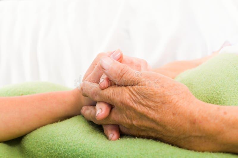 Mitfühlende Krankenschwester Holding Hands stockbild