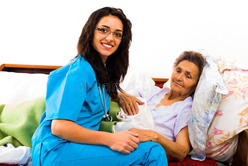 Mitfühlende Krankenschwester Holding Hands lizenzfreie stockbilder