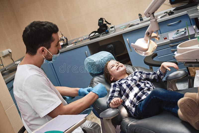 Mitf?hlenden guten Erfahrungen Kind im zahnmedizinischen B?ro Ein Kind ist nach zahnmedizinischer Behandlung gl?cklich lizenzfreie stockfotos