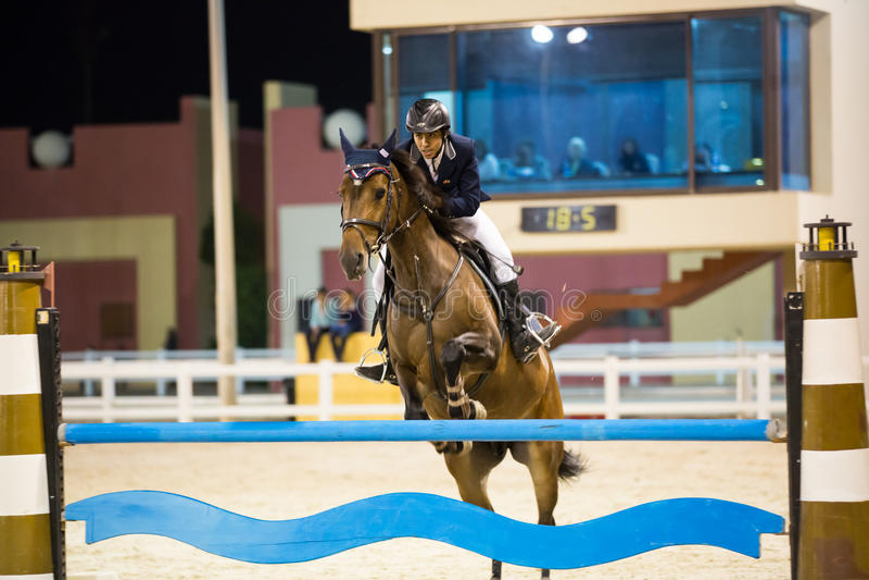 Download Mitfahrer Konkurriert In Springendem Erscheinen Des Pferds Redaktionelles Stockfoto - Bild von sport, springen: 27727213