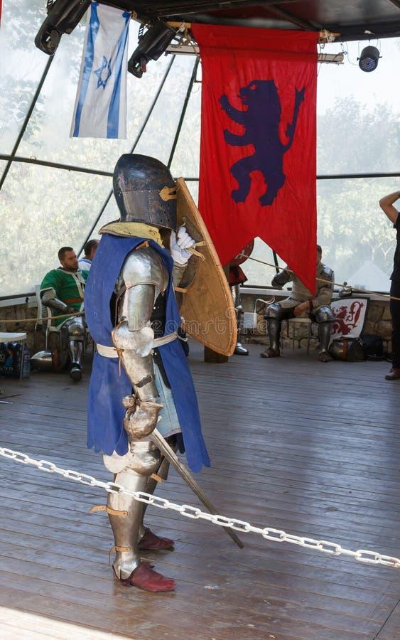 Mitglied des jährlichen Festivals der Ritter von Jerusalem kleidete als Ritter an, der im Ring steht, der bereit ist zu kämpfen stockfoto