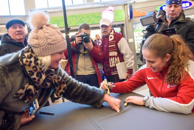 Mitglied Jelena Ostapenkos R von Team Latvia für FedCup, während des Treffens von Fans vor Erstrundespielen der Weltgruppen-II lizenzfreie stockfotos