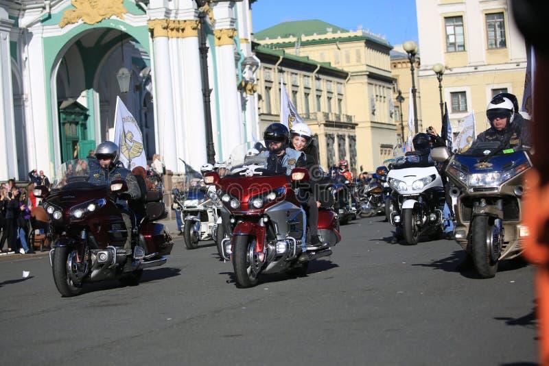 Mitglieder russischen Harley Owners Groups auf ihren Fahrrädern fangen an, nahe dem Einsiedlereigebäude umzuziehen lizenzfreie stockfotografie
