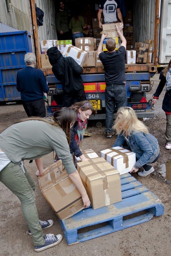 Mitglieder und Freiwillige von BRITISCHER Last BookCycle ein Behälter lizenzfreie stockbilder