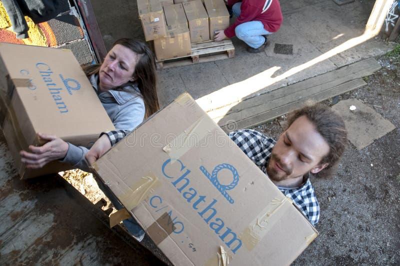 Mitglieder und Freiwillige von BRITISCHER Last BookCycle ein Behälter lizenzfreie stockfotos