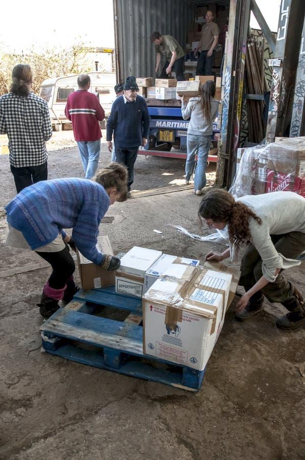 Mitglieder und Freiwillige von BRITISCHER Last BookCycle ein Behälter lizenzfreies stockbild