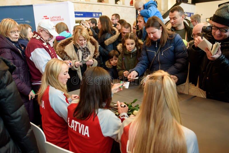 Mitglieder von Team Latvia für FedCup, während der autographischen Sitzung für Fanfans vor Erstrundespielen der Weltgruppen-II lizenzfreie stockbilder