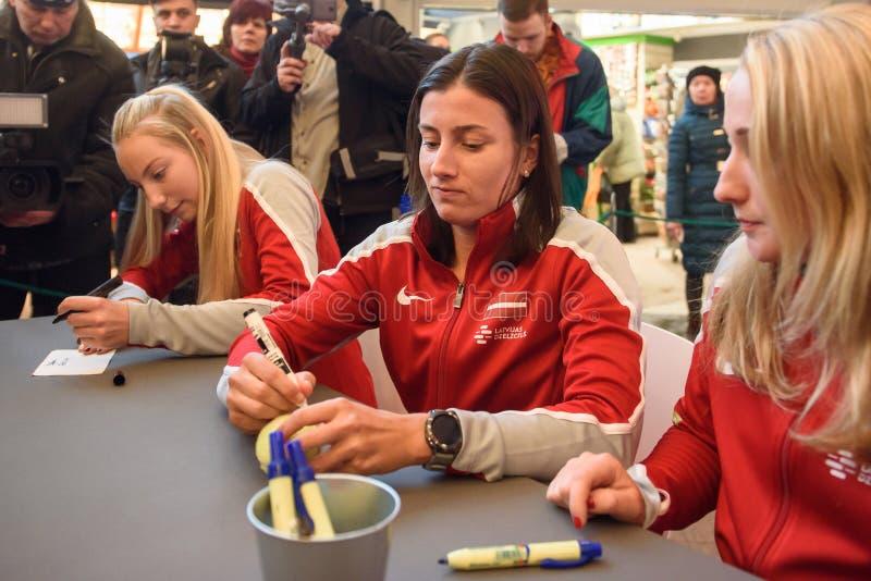 Mitglieder von Team Latvia für FedCup, während der autographischen Sitzung für Fanfans vor Erstrundespielen der Weltgruppen-II stockbilder