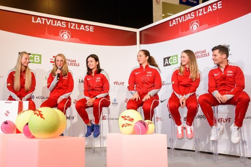 Mitglieder von Team Latvia für FedCup, während des Treffens von Fans vor Erstrundespielen der Weltgruppen-II stockbilder