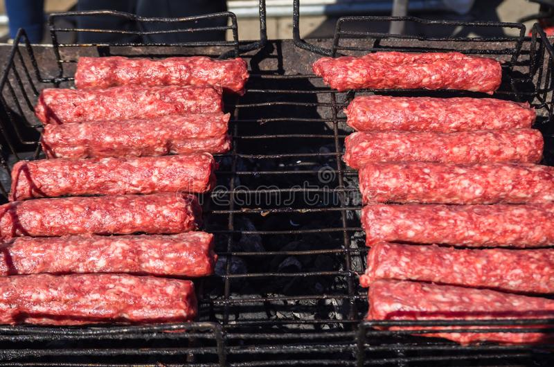 Mititei di Moldavo e cucinato sulla griglia nel fumo immagini stock libere da diritti