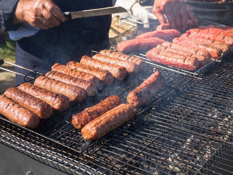 Mititei rumeno e cucinato sulla griglia nel fumo immagine stock