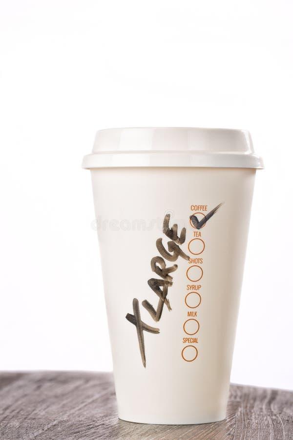Mitnehmerkaffeetasse mit dem 'XLarge' geschrieben auf es lizenzfreies stockfoto