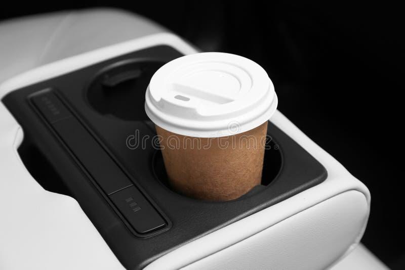 Mitnehmerpapierkaffeetasse im Halter stockfoto