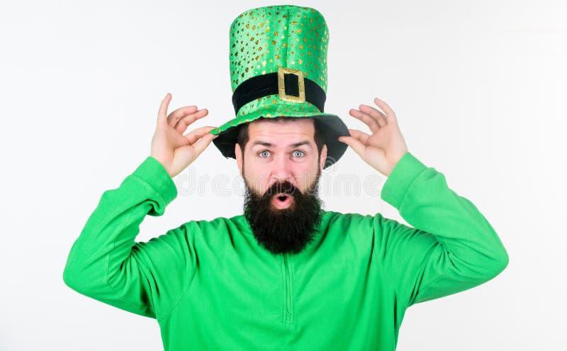 Mito del leprechaun I pantaloni a vita bassa barbuti dell'uomo indossano il giorno verde dei patricks del cappello e dell'abbigli fotografia stock libera da diritti