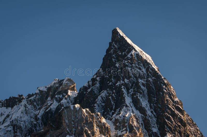Mitre o pico na escala de Karakoram na opinião do por do sol do acampamento de Concordia imagens de stock