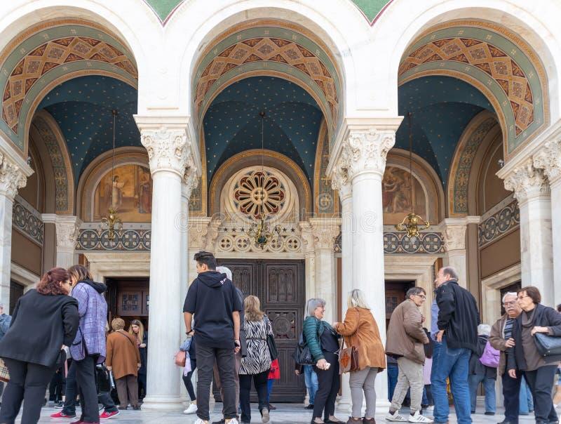 Mitropoli, cathédrale orthodoxe grecque à Athènes Les gens admirent le bâtiment historique de l'église d'annonce de Panagia image stock