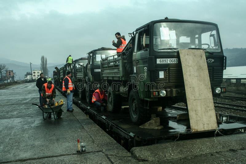 MITROVICA, КОСОВО - 17-ОЕ ФЕВРАЛЯ 2009: Французская тележка армии будучи погруженной на поезде, подготавливает для того чтобы вый стоковая фотография rf