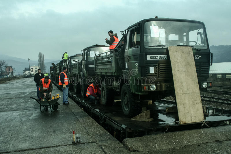 MITROVICA KOSOVO - FEBRUARI 17, 2009: Den franska armélastbilen som sänds på ett drev, ordnar till för att lämna drevstationen av royaltyfri fotografi
