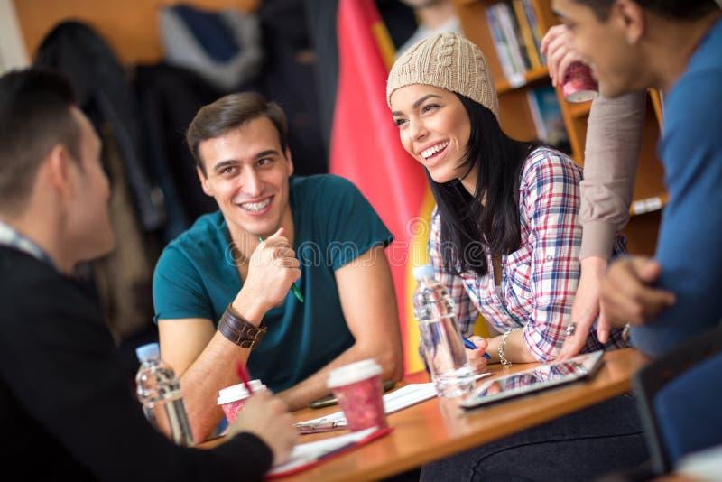 Mitschüler, die Spaß sozialisieren und haben lizenzfreie stockbilder