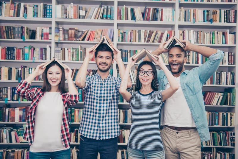 Mitschüler, internationale Freundschaft, Spaß und Jugendkonzept g lizenzfreie stockbilder