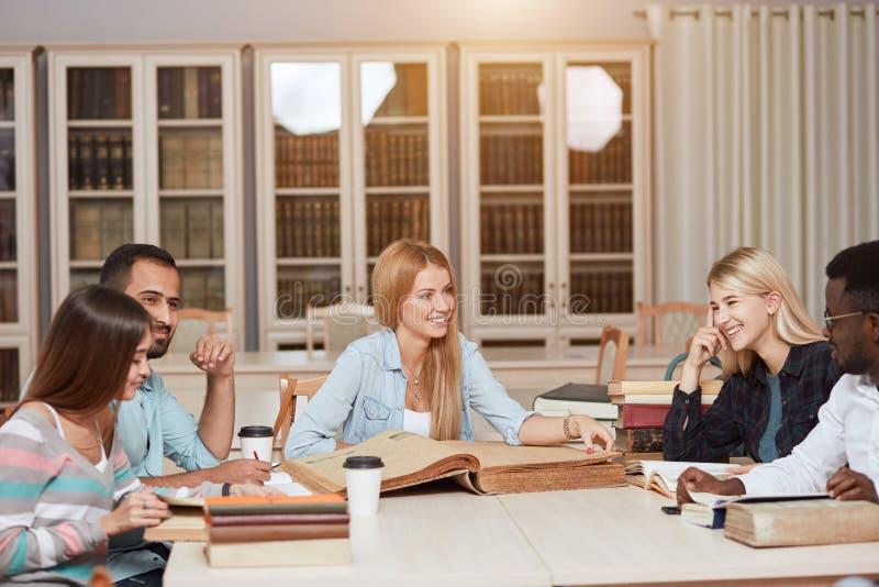 Mitschüler-Klassenzimmer, das internationales Freund-Konzept teilt stockfotos