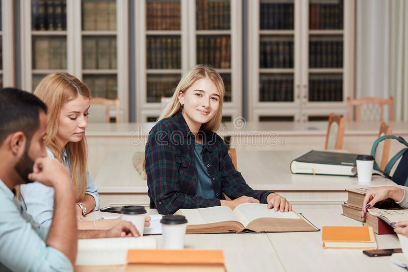 Mitschüler-Klassenzimmer, das internationales Freund-Konzept teilt stockfotografie