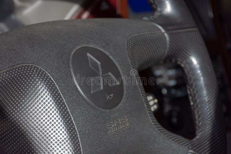 Mitsubishi-Logo auf Lenkradinnenaufnahme Pajero-Modell lizenzfreie stockfotos