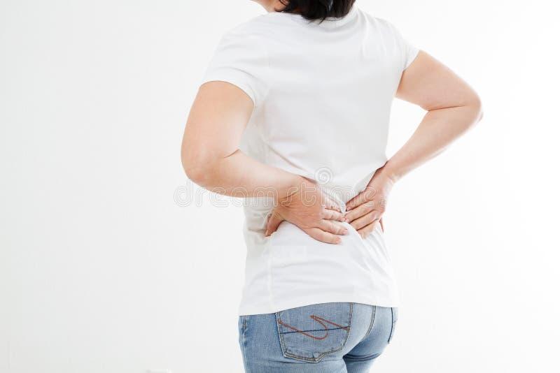 Mitt-åldern brunettkvinnan lider från den tillbaka knipet, medicin arkivbild