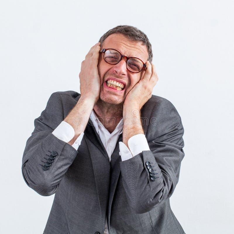 Mitt åldrades affärsmannen som skyddar hans öron från huvudvärk arkivbild