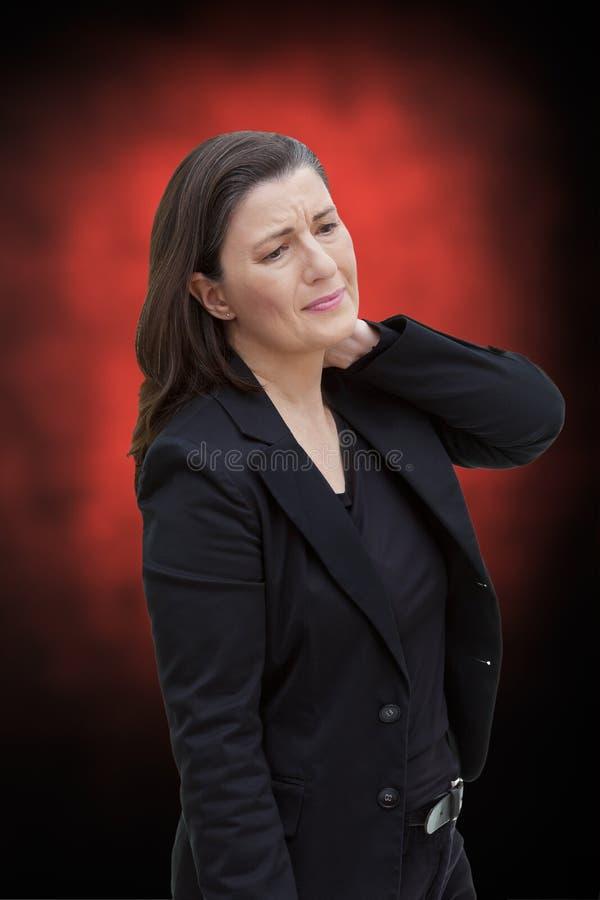 Mitt åldrades akuta halsen för kvinnan smärtar arkivfoto