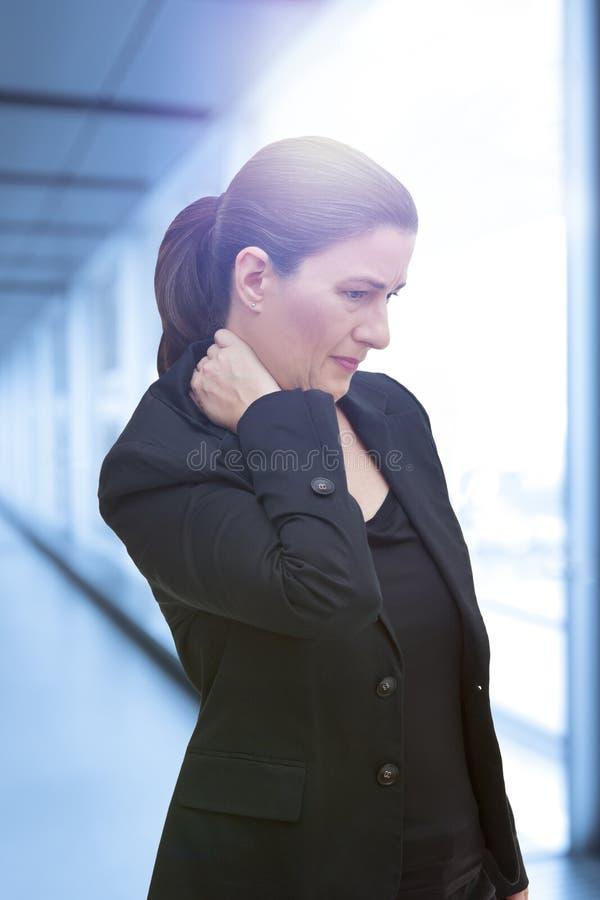 Mitt åldrades akuta halsen för kvinnan smärtar arkivfoton