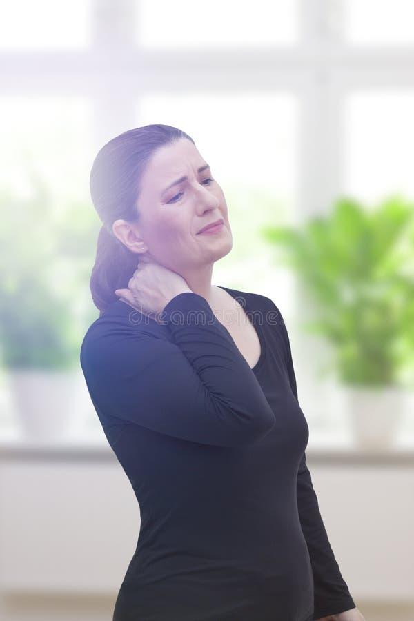 Mitt åldrades akuta halsen för kvinnan smärtar royaltyfria foton