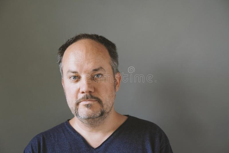 Mitt åldrades fyrtio-något mannen med mustaschen royaltyfri foto