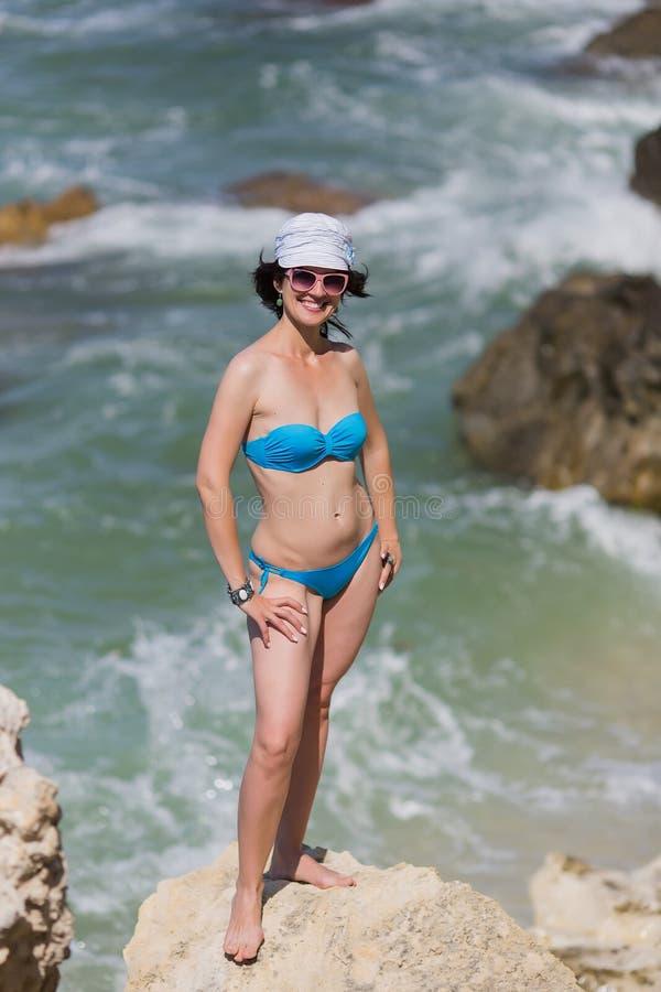 Mitt åldrades kvinnan i Panama som poserar på den steniga kusten royaltyfria bilder