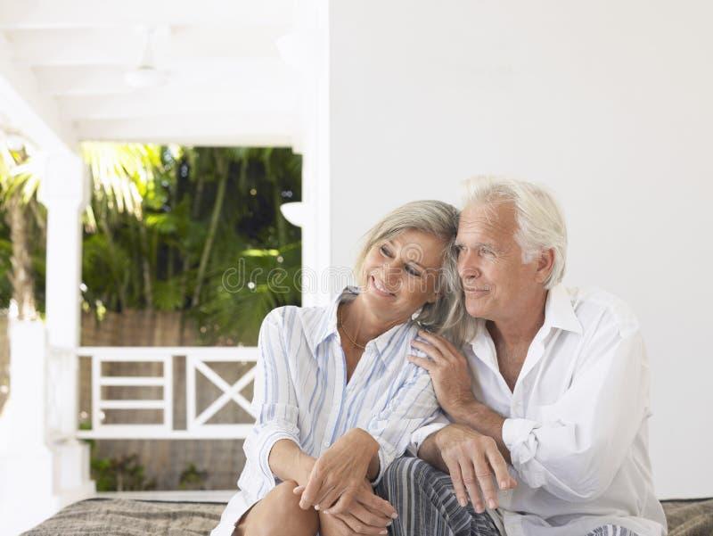 Mitt åldrades par på veranda arkivfoton
