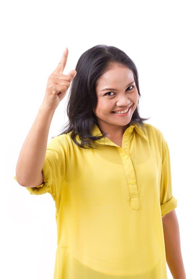 Mitt åldras kvinna som pekar upp 1 finger arkivfoto