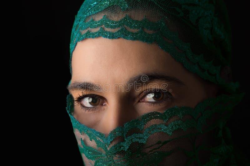 Mitt - östlig kvinnastående som ser ledsen med gröna hijabartis arkivbilder