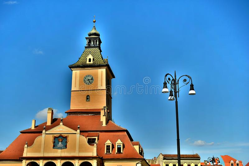 Mitt av den gamla kommunfullmäktigefyrkanten och Kronstädteren Altes Rathaus i Transylvania Rumänien royaltyfri bild