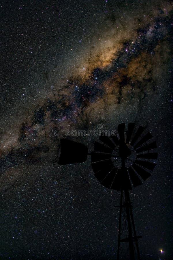 Mitt av galaxen för mjölkaktig väg med väderkvarnen i förgrund arkivfoto