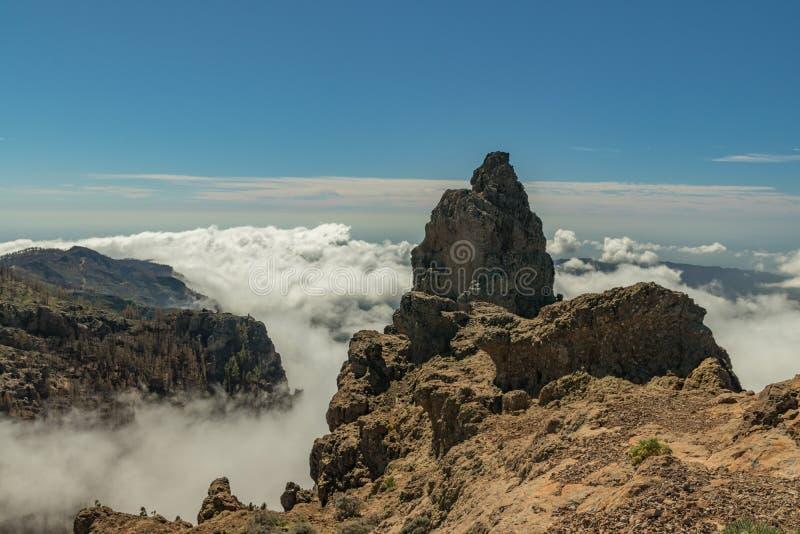 Mitt av Gran Canaria Den spektakulära flyg- sikten av vulkaniskt vaggar ovanför de vita fluffiga molnen Härlig solig dag med klar fotografering för bildbyråer