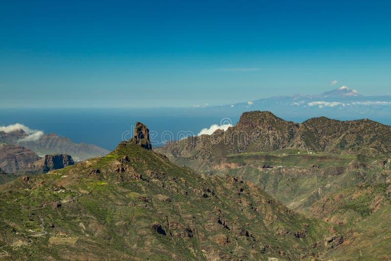 Mitt av Gran Canaria Spektakulär flyg- sikt över calderaen de Tejeda in mot Teide på Tenerife Berömda Roque Bentayga på arkivbild