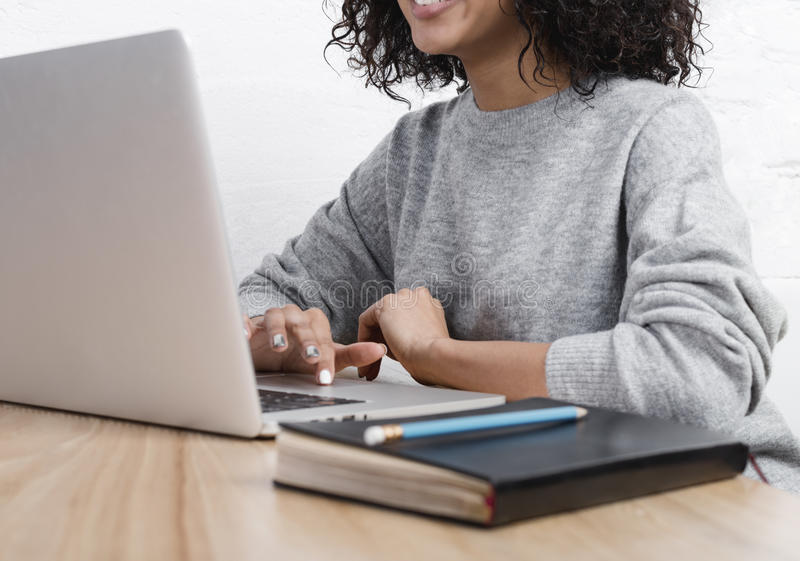 Mitt- avsnitt av affärskvinnan som arbetar på bärbara datorn royaltyfri bild