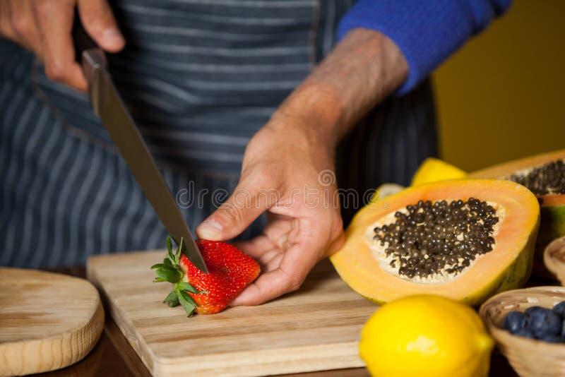 Mitt--avsnitt av den bitande jordgubben för manlig personal på det organiska avsnittet arkivfoton