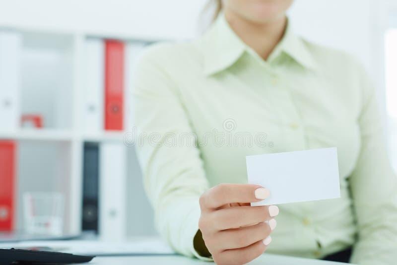 Mitt- avsnitt av kvinnan som visar det tomma tomma tecknet för pappers- kort med kopieringsutrymme för text arkivfoton