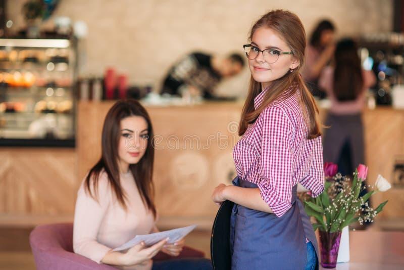 Mitt- avsnitt av servitrins som tar beställning på restaurangen royaltyfri foto