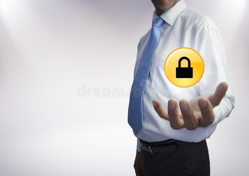 Mitt- avsnitt för affärsman med det gula låsdiagrammet och signalljus i hand mot vit bakgrund royaltyfri illustrationer